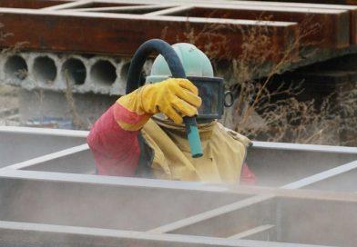 У Мукачеві продовжують будівництво пішохідного мосту через Латорицю