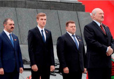 """Дорогою Сталіна йдемо, """"товариші"""": Олександр Лукашенко дав Віктору Лукашенку звання генерал-майора"""