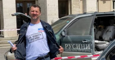 Перед стінами Закарпатської облради Іван Данацко підпалив власний автомобіль