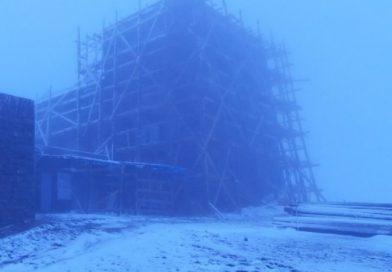 Аномальна погода: Карпати замело снігом (фото)