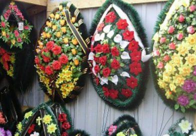 У Мукачеві заборонили продавати штучні квіти, вінки, корзини (відео)