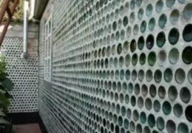 Диво-будинок з більше 80 тисяч пляшок звів чоловік на Тячівщині (відео)